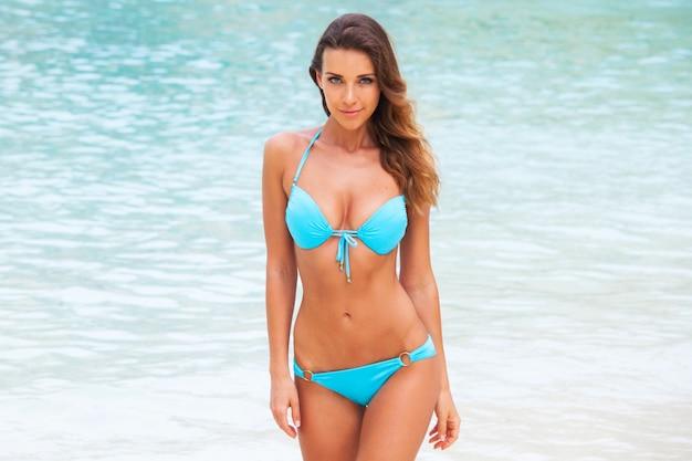 Vrij slank meisje op tropische zee strand
