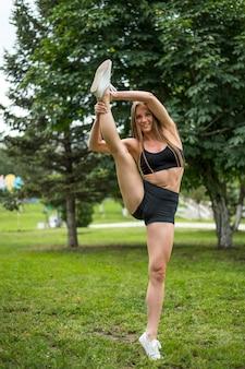Vrij sportieve vrouw die yogaoefeningen doet