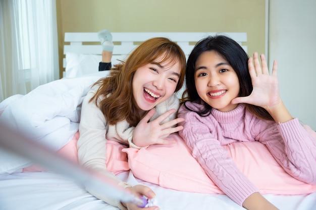 Vrij tienervrienden selfie op het bed thuis