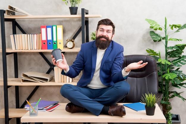 Vrij voelen. voorkom professionele burn-out. manier om te ontspannen. meditatie yoga. zelfzorg. ontspanningstechnieken. geestelijk welzijn en ontspanning. man bebaarde manager formeel pak sit lotus pose ontspannen.
