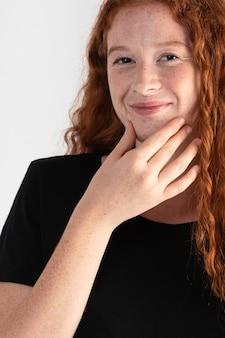 Vrij volwassen vrouw die gebarentaal onderwijst