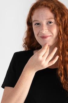 Vrij volwassen vrouw die gebarentaal onderwijst Premium Foto