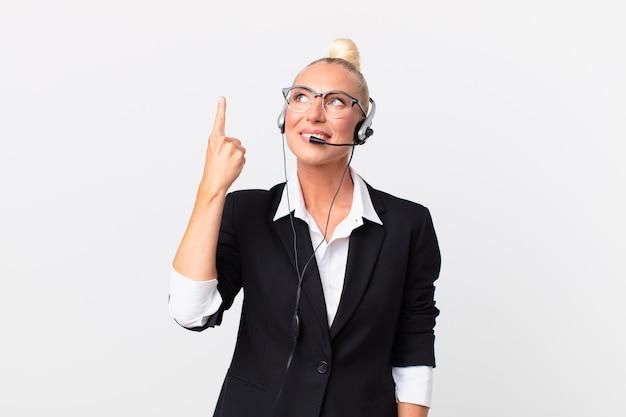 Vrij volwassen vrouw met een headset aan het werk