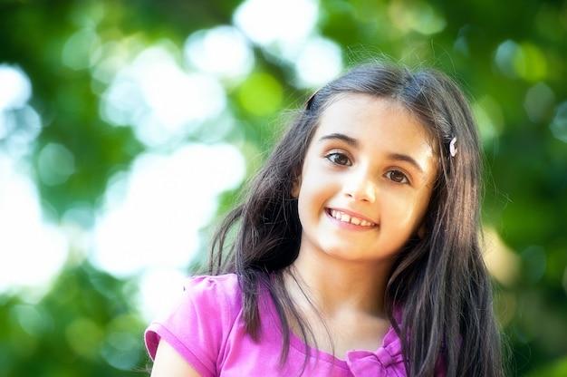 Vrij vriendelijk meisje met een mooie glimlach