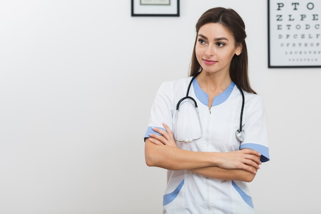 Vrij vrouwelijke arts die weg kijkt