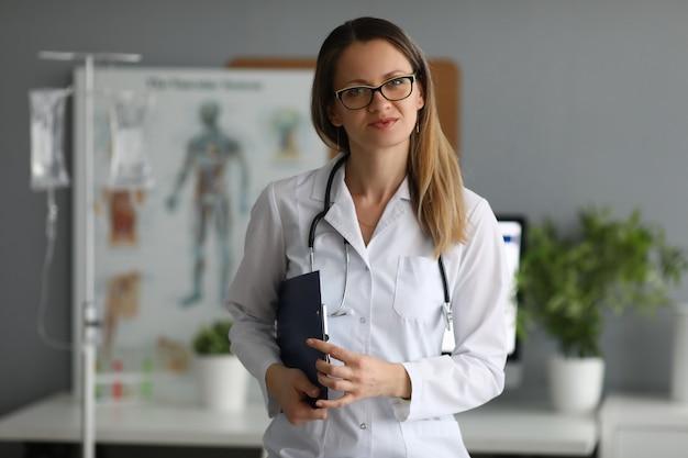 Vrij vrouwelijke arts