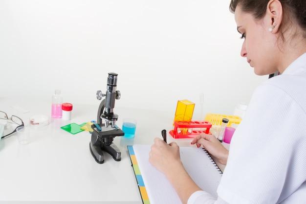 Vrij vrouwelijke gezondheidszorg in haar laboratorium