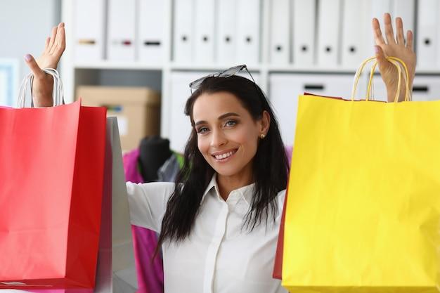 Vrij vrouwelijke shopaholic