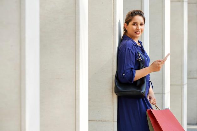 Vrij winkelende vrouw