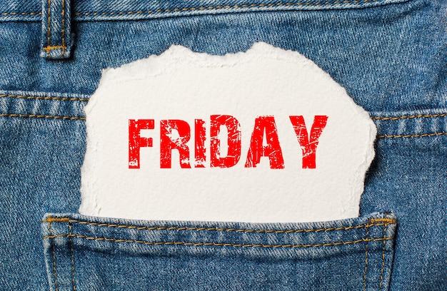 Vrijdag op wit papier in de zak van blauwe spijkerbroek
