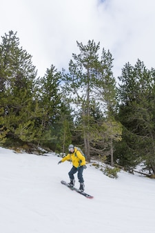 Vrije ruiter die van de sneeuw geniet