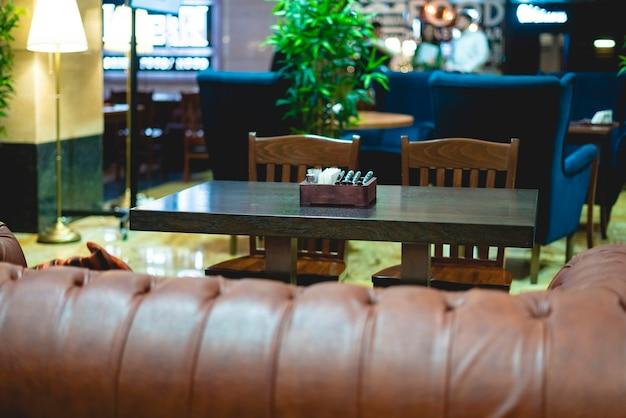 Vrije tafel in gezellig rijk restaurantinterieur f