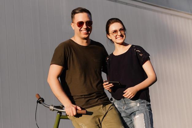 Vrije tijd concept. beste vrienden tijdens buiten wandelen. verkleed in modieuze vrijetijdskleding, in zonnebrillen.