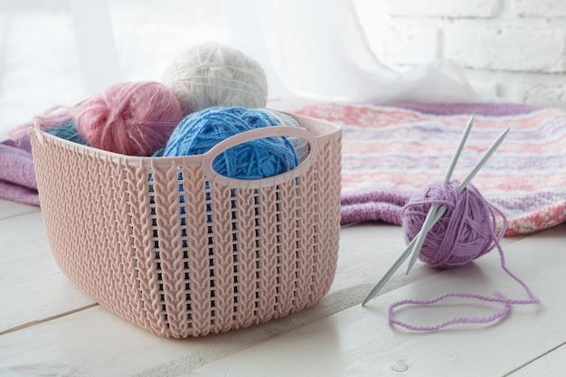Vrije tijd concept, thuis organisatoren gekleurde manden met handgemaakte accessoires