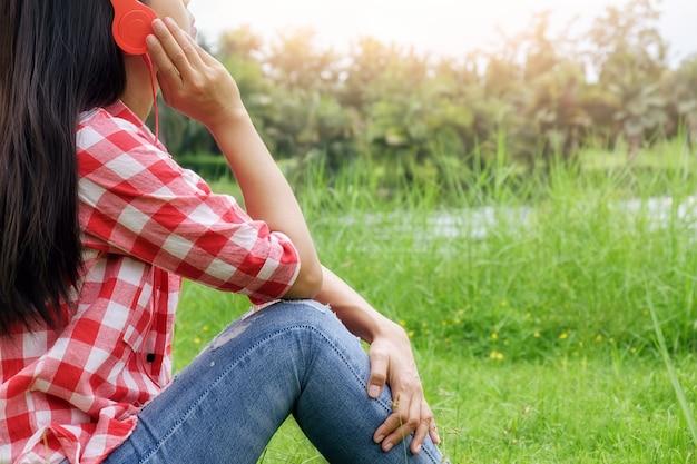 Vrije tijd schattig oortelefoon gras levensstijl buiten