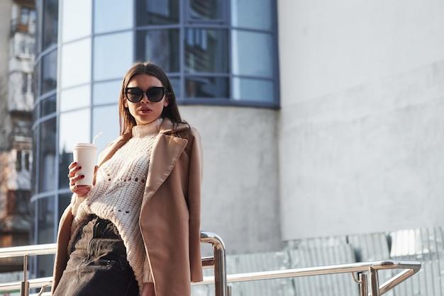 Vrijetijdskleding. jong mooi meisje heeft een wandeling in de stad in het weekend