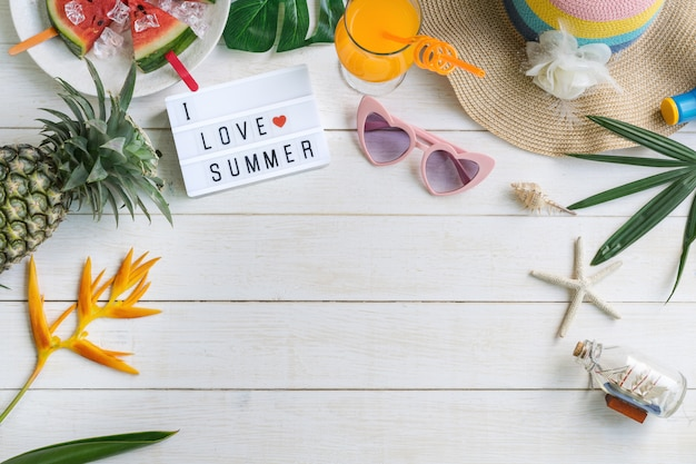 Vrijetijdskleding voor dames met accessoires en tropisch fruit en bloemen