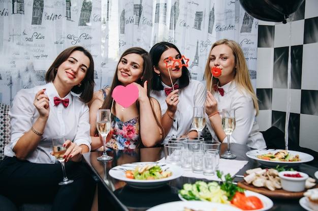Vrijgezellenfeestje. bruid trouwt. foto rekwisieten meisjesavond. vrouwen op een feestje. vrouwen die champagne drinken