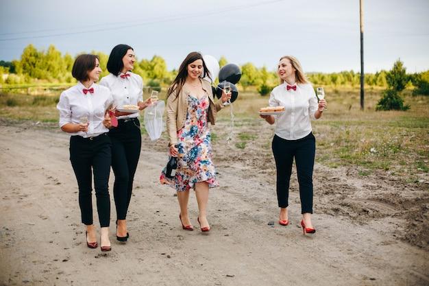 Vrijgezellenfeestje. bruid trouwt. huwelijksfeest.