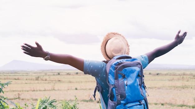 Vrijheid afrikaanse toeristische reiziger man met rugzak