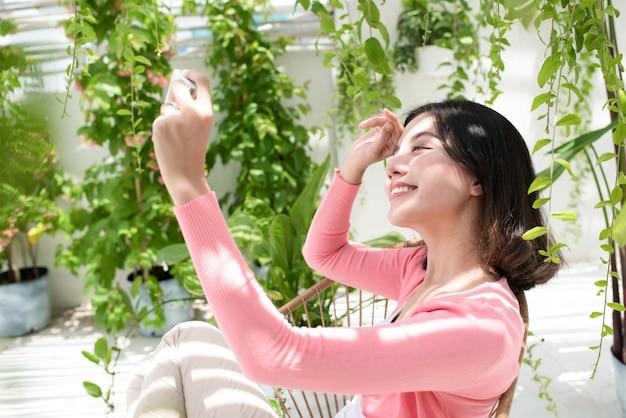 Vrijheid aziatische vrouw geniet thuis van vrije tijd