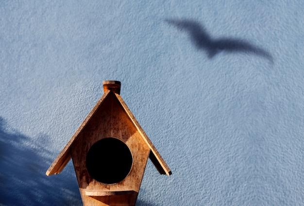 Vrijheid en ontsnapping concept. schaduw van vogelschaduw op de cementmuur