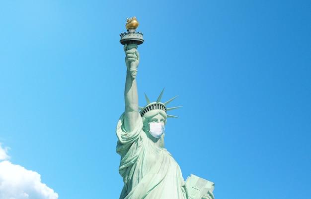 Vrijheid in een medisch masker op een blauwe achtergrond. amerika crisis en wereld financiële crisis concept. corona virus infectie pandemie. de val van de markten