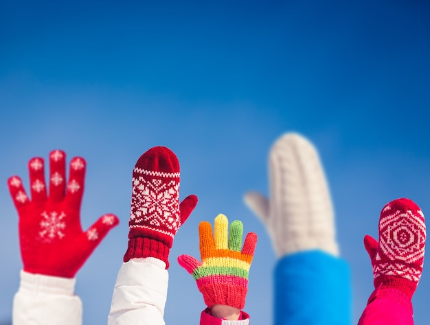 Vrijheid mensen familie handen blauwe hemelachtergrond