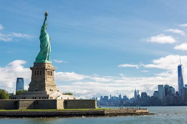 Vrijheidsbeeld en de skyline van new york city, verenigde staten.