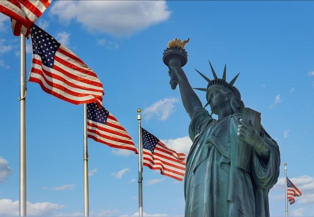 Vrijheidsbeeld op de achtergrond vlag verenigde staten new york, usa