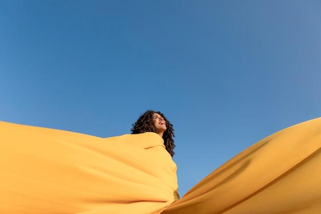 Vrijheidsconcept met de doek van de vrouwenholding in aard