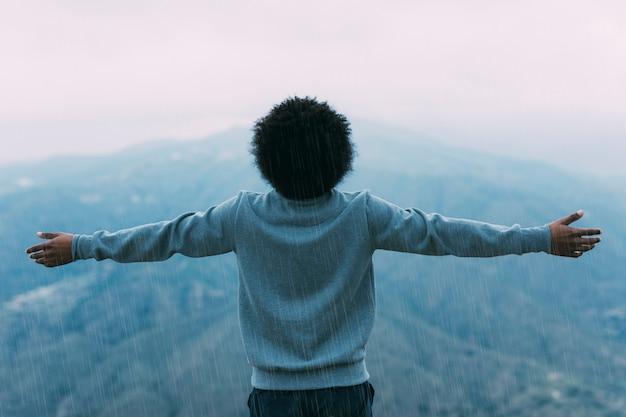 Vrijheidsconcept met wandelaar op berg
