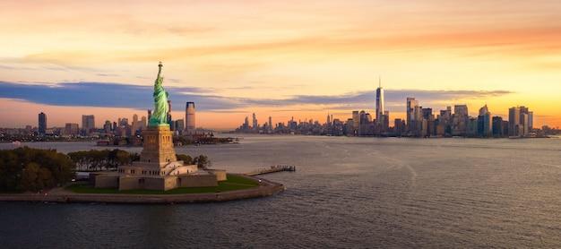 Vrijheidsstandbeeld in de stad van new york