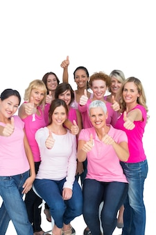 Vrijwillige vrolijke vrouwen die roze voor borstkanker dragen