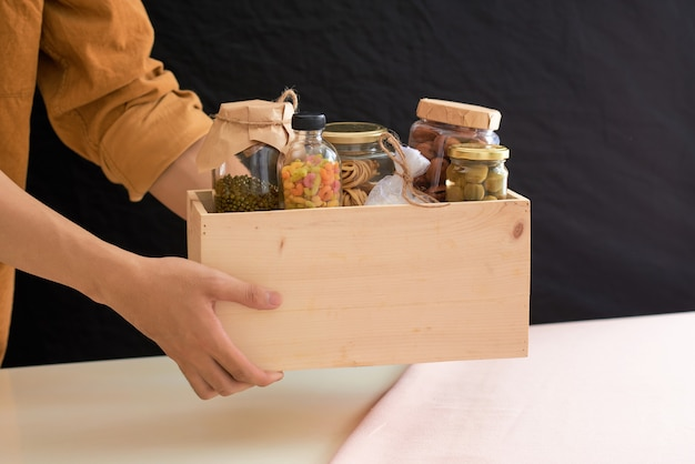 Vrijwilliger met doos voedsel voor armen. donatie concept.