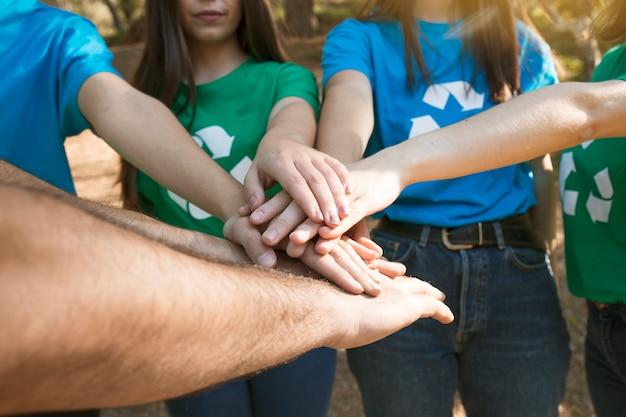 Vrijwilligers die handen samenbrengen