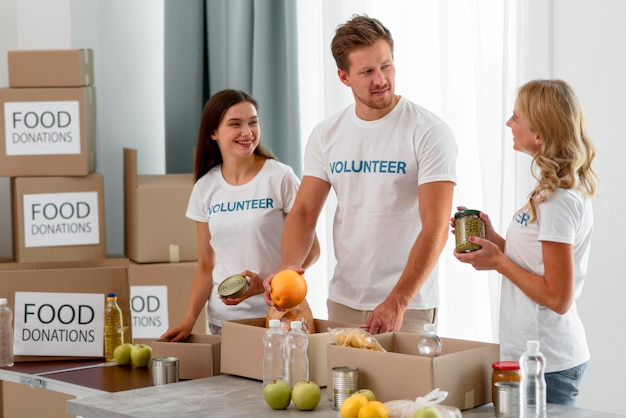 Vrijwilligers helpen met donaties voor hongerbestrijding
