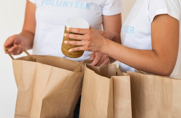 Vrijwilligers met tassen en eten voor donatie