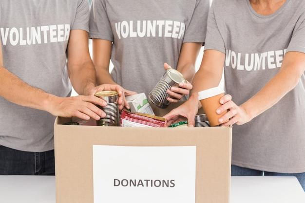 Vrijwilligers sorteren donaties