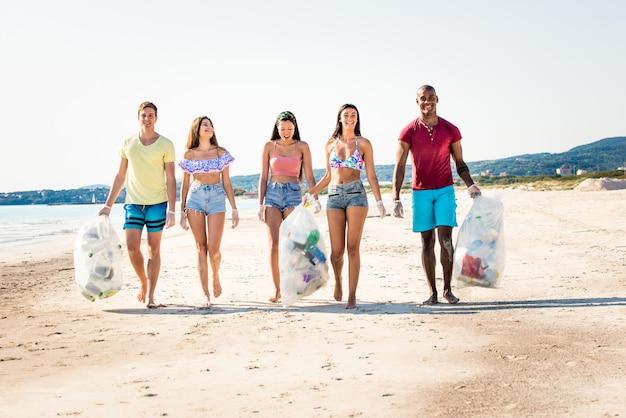 Vrijwilligers verzamelen plastic op het strand