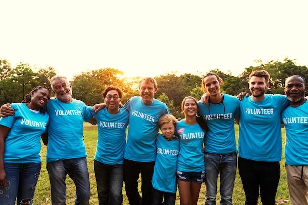 Vrijwilligersgroep mensen voor liefdadigheidsdonatie in het park