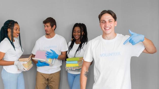 Vrijwilligersorganisatie met boeken voor donaties