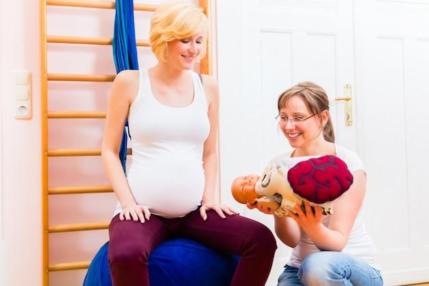 Vroedvrouw die prenatale zorg voor zwangere moeder geeft