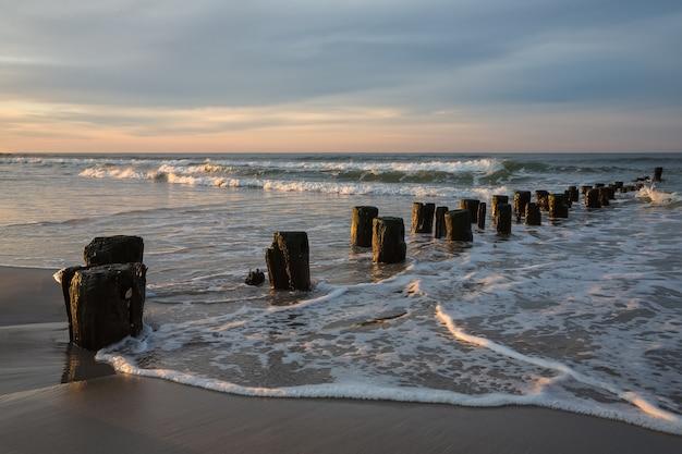 Vroeg in de ochtend aan de oceaan. kustlijn van de atlantische oceaan bij new york in het gebied van rockaway park