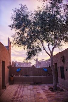 Vroeg in de ochtend in de riad in de saharawoestijn, merzouga, marokko