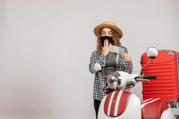 Vroeg zich af of een mooie vrouw met een kaartje in de buurt van een rode koffer op een bromfiets stond?
