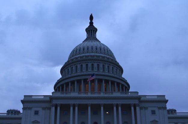 Vroege avonduren uitzicht op capitol dome in washington dc.