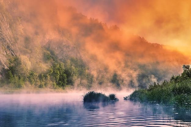 Vroege ochtend in het rivierecosysteem, de wilde natuur van rusland, de dageraad schilderde de heldere kleur van de ochtendmist.