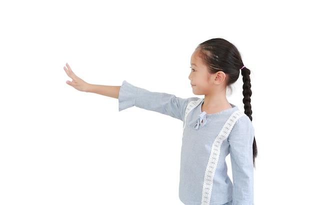 Vrolijk aziatisch klein kindmeisje dat het gebaar van het vijf vingerstopgebaar toont en recht naast kijkt dat op witte achtergrond wordt geïsoleerd.