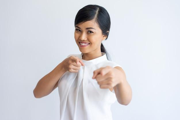 Vrolijk aziatisch meisje dat u kiest